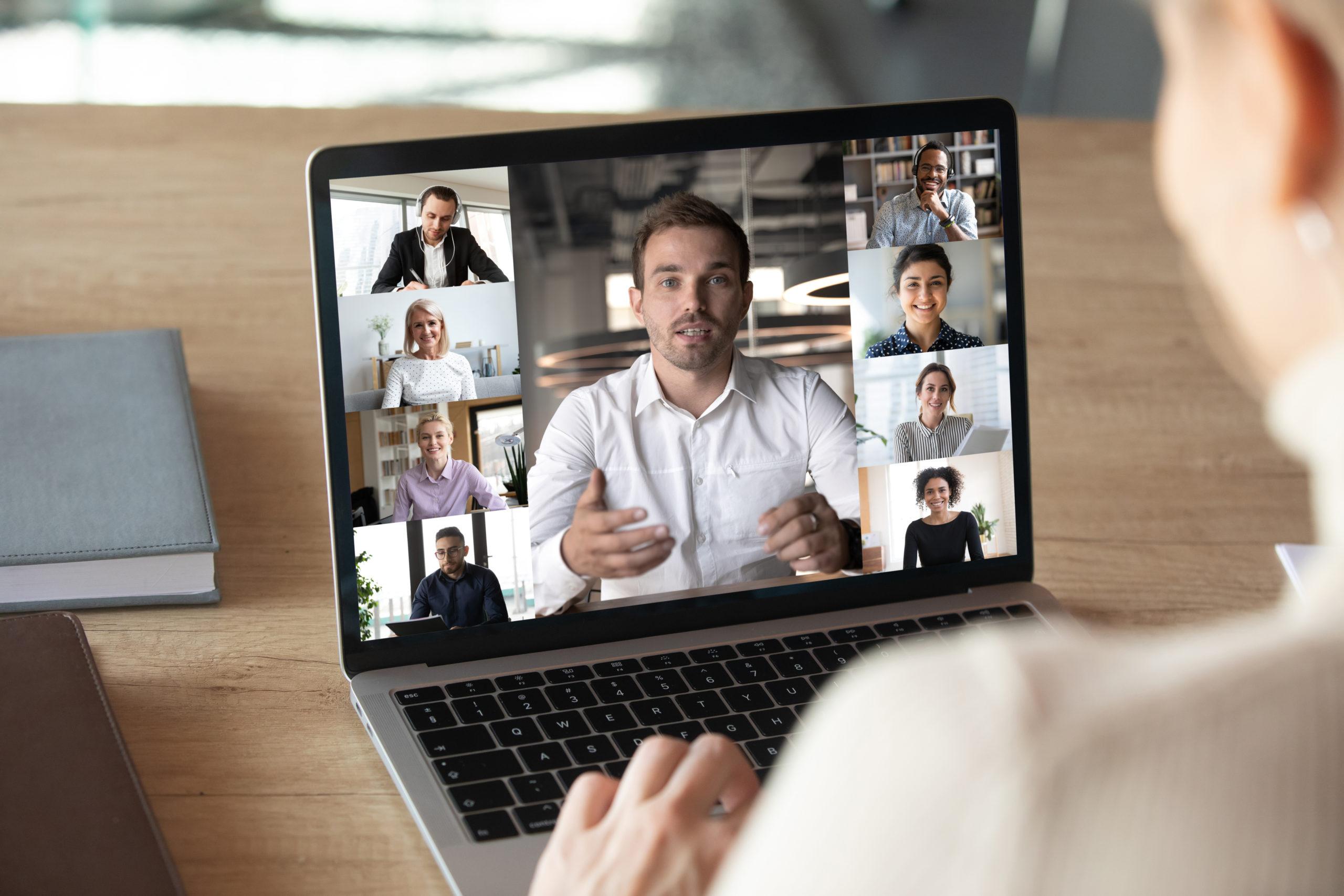 Tietokoneen näytöllä ihmisiä etäkokouksessa.