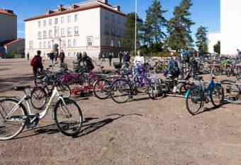 Polkupyöriä koulun pihalla.